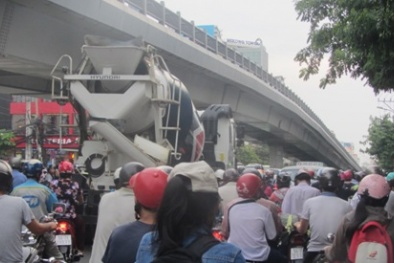 Giờ cao điểm, xe trộn bê tông đi thoải mái gây nguy hiểm cho người đi đường