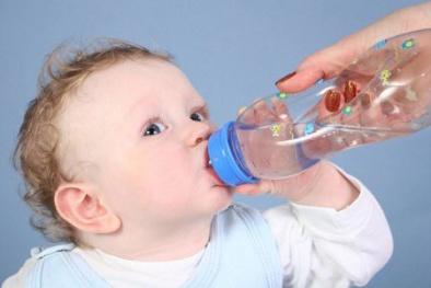 Trẻ suy dinh dưỡng nặng, ngộ độc vì mẹ cho uống nước lọc