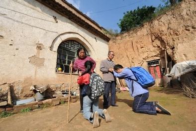 Hai anh em nhà nghèo quỳ lạy cha mẹ ốm đau trước ngày nhập học