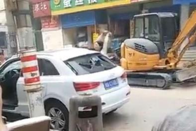 Vợ đập tan siêu xe Audi Q7 chồng tặng vì quá nhỏ
