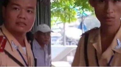Tạm dừng nhiệm vụ cảnh sát giao thông trong clip tố CSGT đánh người