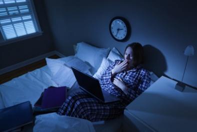 Coi chừng mắc u xơ cổ tử cung vì thường xuyên thức khuya