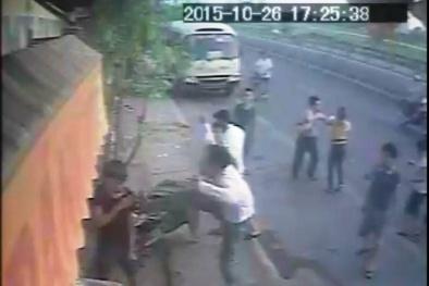 Camera ghi cảnh bà chủ tiệm bánh mì bị đánh hội đồng