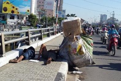 Giữa ban ngày, 2 thanh niên nằm ngủ 'ngon lành' trên cầu Điện Biên Phủ