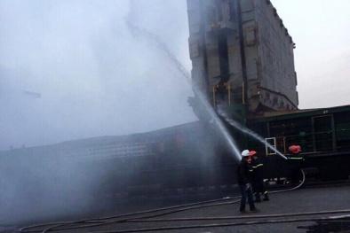 Hải Phòng: Dùng mặt nạ phòng độc dập cháy container chở phốt pho