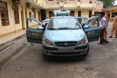 Chân tướng đôi nam nữ khi cánh cửa chiếc xe taxi được mở ra