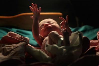 Diệu kỳ bé sơ sinh lọt bồn cầu, rơi xuống đường tàu đang chạy vẫn sống