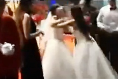 Đám cưới hóa trò hề vì 2 bà bầu lao vào cấu xé, tranh giành chú rể