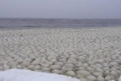 Xôn xao hiện tượng sóng cầu tuyết hiếm có xuất hiện trên mặt hồ Mỹ
