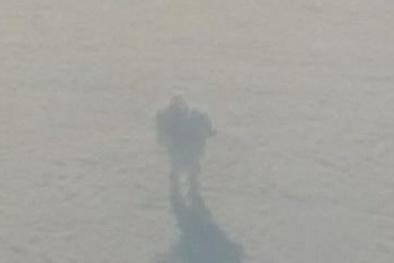 Phát hiện robot khổng lồ 'dạo bước' trên mây qua máy báy
