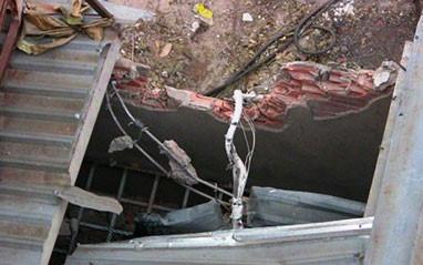 Hoảng loạn vì giàn ép cọc bằng thép 10 tấn đổ sụp xuống ngân hàng