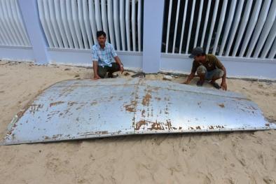 Vớt được mảnh vỡ nghi của máy bay ở biển Khánh Hòa