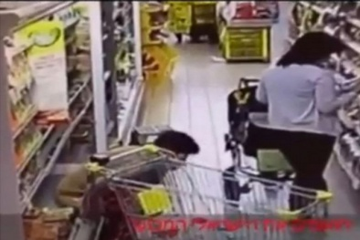 Kinh dị người phụ nữ 'làm bậy' trên quầy hàng ở siêu thị