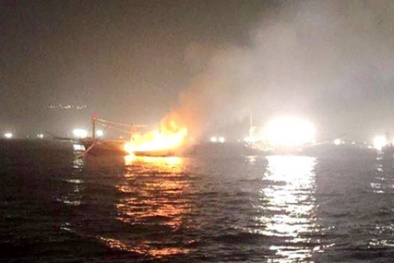 Tàu bạn tuyệt vọng tông mạnh để cứu tàu cá Nghệ An bốc cháy giữa biển