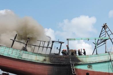Người đàn ông như 'đài lửa' nhảy ra khỏi tàu cá đang bốc cháy dữ dội