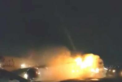 Hai máy bay 'thương tích đầy mình' sau cú va chạm tóe lửa trên đường băng
