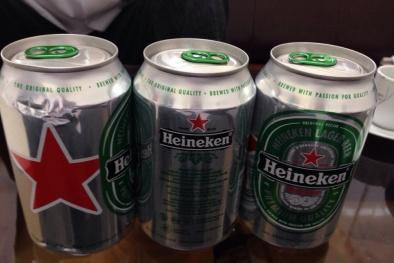 Bia Heineken nghi bị tẩy xóa ngày sử dụng bán cho khách hàng