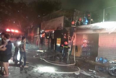 Vợ vò đầu gào khóc nhìn ngọn lửa thiêu rụi cửa hàng hoàn toàn