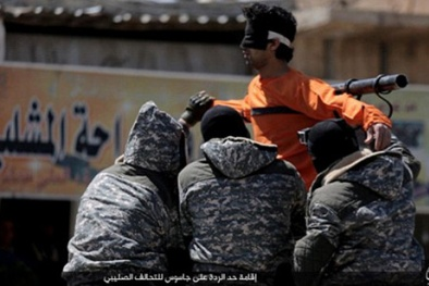 Khủng bố IS 'hả hê' treo gián điệp lên giá thập tự rồi xử bắn