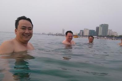 Cán bộ Tài nguyên-Môi trường Đà Nẵng cùng tắm biển trấn an người dân