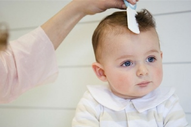 Nguy hại tiềm ẩn từ việc cạo trọc tóc cho trẻ nhỏ