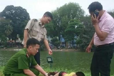 Nam thanh niên bơi ra tháp Rùa nằm tạo dáng 'nàng tiên cá'