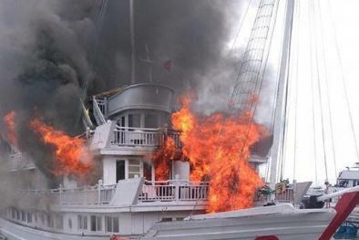 Cháy tàu du lịch 4 sao ở Tuần Châu, du khách hoảng loạn nhảy ùm xuống biển