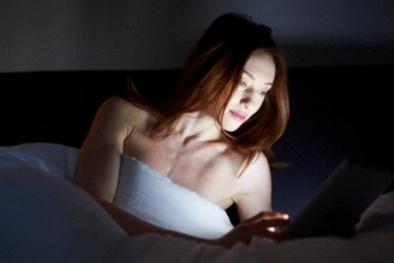 Nguy hại đêm đêm lướt smartphone gây ung thư mắt?