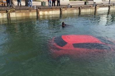 Tin tưởng vào định vị GPS, cô gái lao thẳng siêu xe xuống vịnh sâu 30m