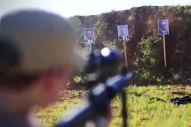 'Rùng mình' cảnh khủng bố IS cho tay súng nhí tập hành quyết các nguyên thủ quốc gia
