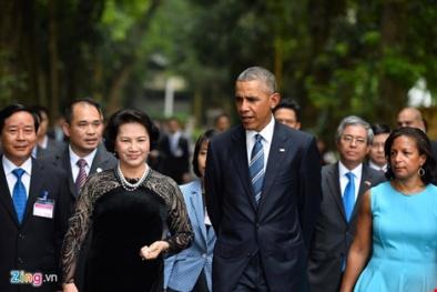 Tổng thống Mỹ Obama thả thức ăn cho cá tại ao cá Bác Hồ