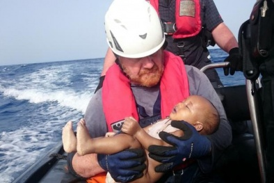 Đau lòng em bé di cư trôi trên Địa Trung Hải