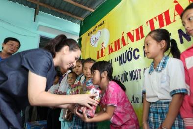 Ca sĩ Phi Nhung đem nước sạch đến cho người dân vùng hạn mặn