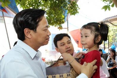 Bộ trưởng Đào Ngọc Dung trao tặng 20 triệu cho vợ con phi công Trần Quang Khải