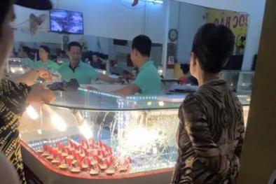 Thanh niên mang dùi cui cướp tiệm vàng vì 'dòng đời xô đẩy'