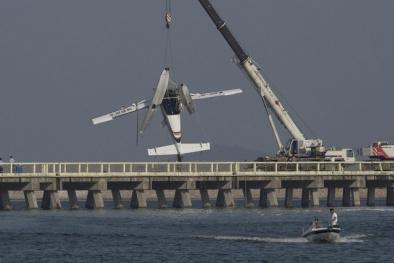 Cơ trưởng Trung Quốc 46 năm kinh nghiệm đâm máy bay vào cầu, 5 người chết