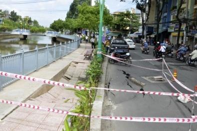 Hố sụt lún nứt toác bỗng hiện ra giữa phố Sài Gòn đầy kinh hãi