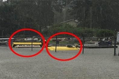 Ám ảnh cảnh tượng quan tài trôi nổi khắp phố vì mưa lũ