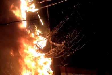 Sau tiếng nổ vang trời, cột điện đùng đùng bốc cháy