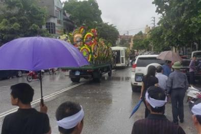 Hàng ngàn người đội mưa đưa tiễn Bí thư Tỉnh ủy Yên Bái