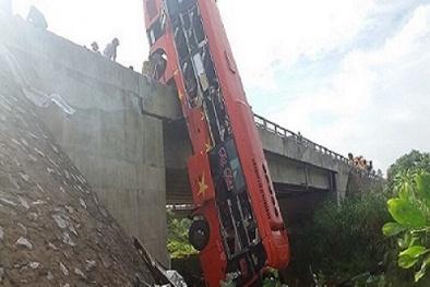 Xe khách đâm gãy cầu lao xuống sông khiến 1 người chết, 10 người bị thương