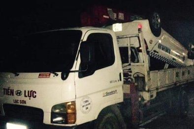 Xe taxi chở cán bộ quản lý thị trường lao xuống vực, 2 người chết