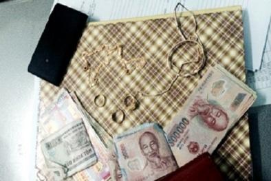 Cán bộ 'dỏm' vờ đi làm từ thiện để trộm tiền, vàng