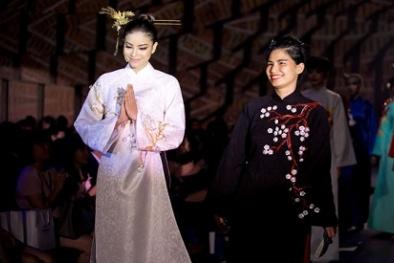 Phạm Hương lần đầu cùng bà ngoại ca cải lương trên sàn diễn thời trang
