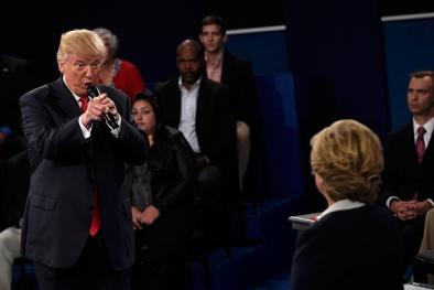 Donald Trump dọa bỏ tù bà Hillary Clinton nếu đắc cử