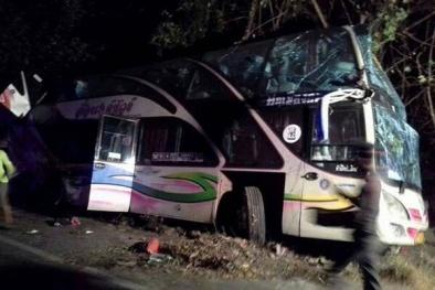 Tài xế buông vô lăng, ngã khỏi ghế lái khiến xe buýt đâm sầm vào trường học