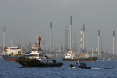 Dầu dự trữ của Mỹ tăng vượt dự kiến làm giá dầu giảm mạnh