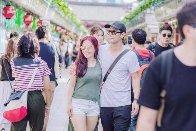 MC Phan Anh ôm vợ tình tứ giữa phố