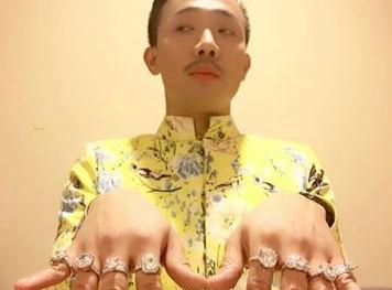 Lộ thiệp cưới với Hari Won, Trấn Thành vội khoe 8 nhẫn kim cương
