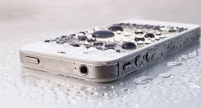 Đánh rơi điện thoại iPhone xuống hồ nước, 1 năm sau vớt lên vẫn... chạy tốt
